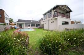 Large Modern home with direct access to beach and 2 flatlets.