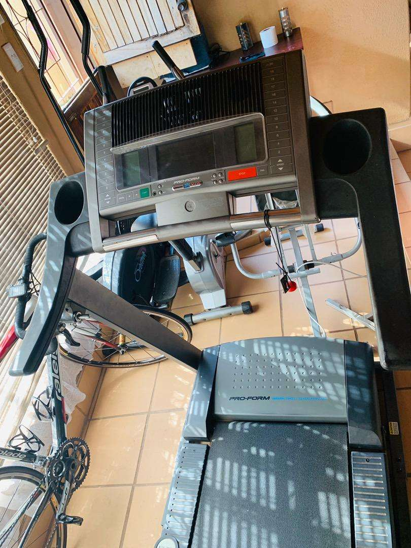 PRO FORM treadmill 585 with tv and fans 0