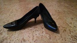 Классические черные туфли лодочки на невысоком каблуке