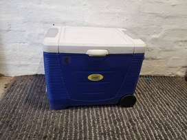 Thermo-electric hardcover coolerbox (electric coolerbox)