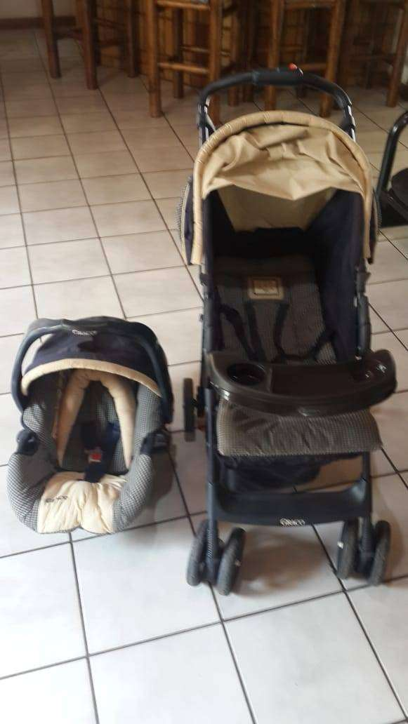Graco Pram and carrier combo 0