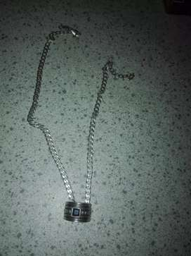 2/silver chains...nd 2 silver rings nd bracelette