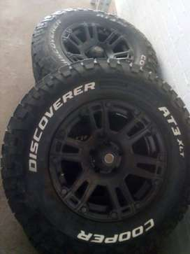 4 Cooper discoverer tyres and 4 rims for Jeep