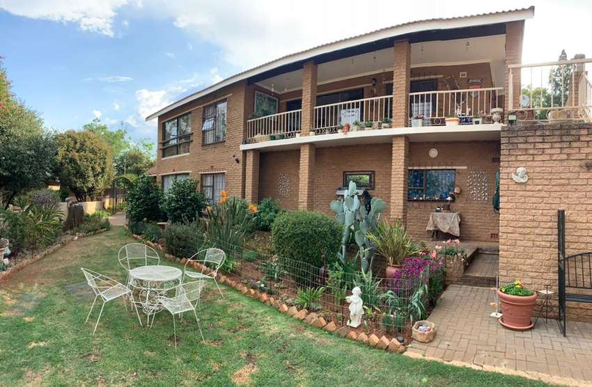 View of the Vaal dam, double story. Build in bar. Ideal for air bnb 0