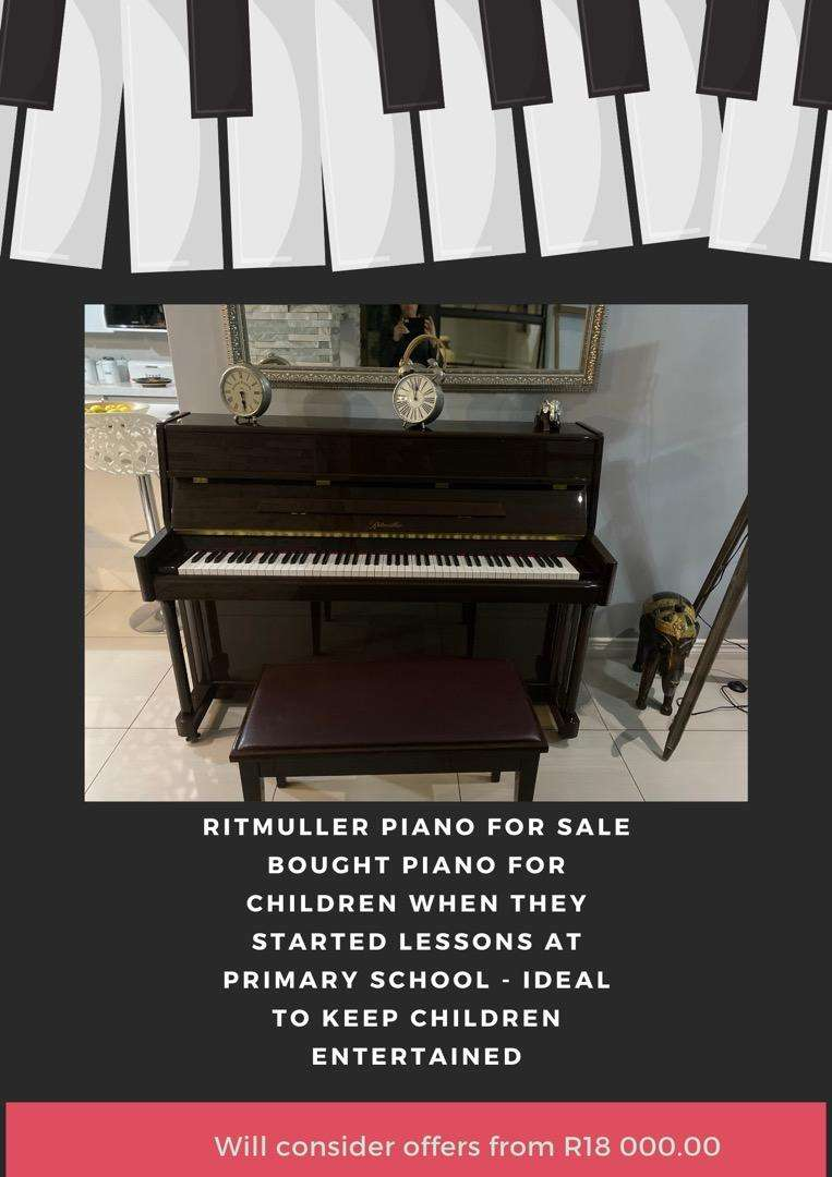 Ritmuller Piano with bench and piano books 0