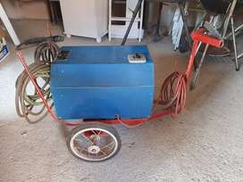 Arc welding machine with trolley