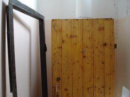 Бронированая входная дверь, б/у, правые петли, облицована вагонкой.