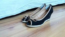 Damskie buty na koturnie