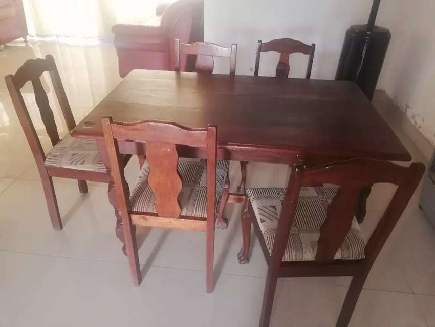 Table and chairs 0