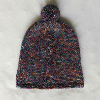 Wesoła czapka z pomponem dla dziecka, na drutach, handmade rękodzieło