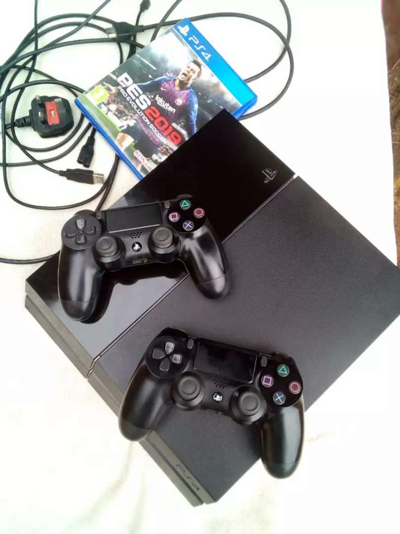 PS4 with two pads+PES19 0
