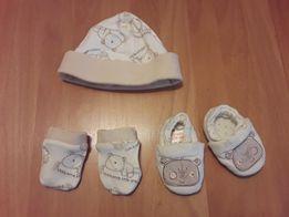 Набор для новорожденного шапочка, тапочки и антицарапки Ladybird