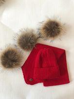 Комплект зимняя шапка и шарф с натуральными бубонами из меха енота