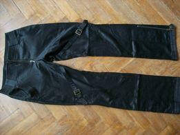 czarne spodnie bojówki