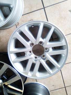 17inch Toyota Hilux/Fortuner original mag to use for spare R1300.