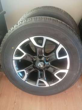 Toyota Hilux/Fortuner 18'' original mags and tyres