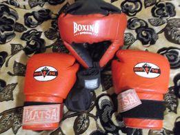 боксерські перчатки і шлем