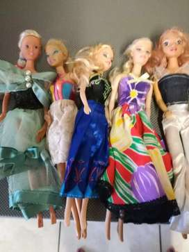 Selling pack of 5 original Barbie's R350