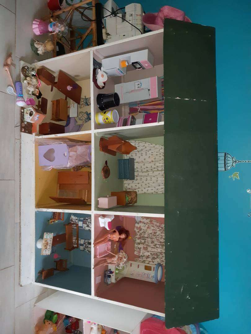 Doll house with furniture and extras 0