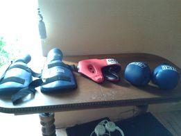 Боксерские перчатки на мальчика,шлем и наколенники