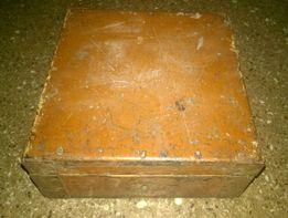 stara drewniana szkatułka z zamkiem