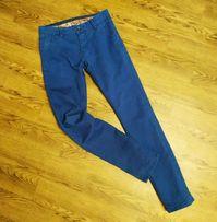 Синие узкие джинсы узкачи подростковые: белые кроссовки или кеды супер