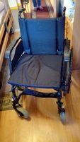 Wózek inwalidzki dla dorosłych, składany z podnóżkami, prawie nowy
