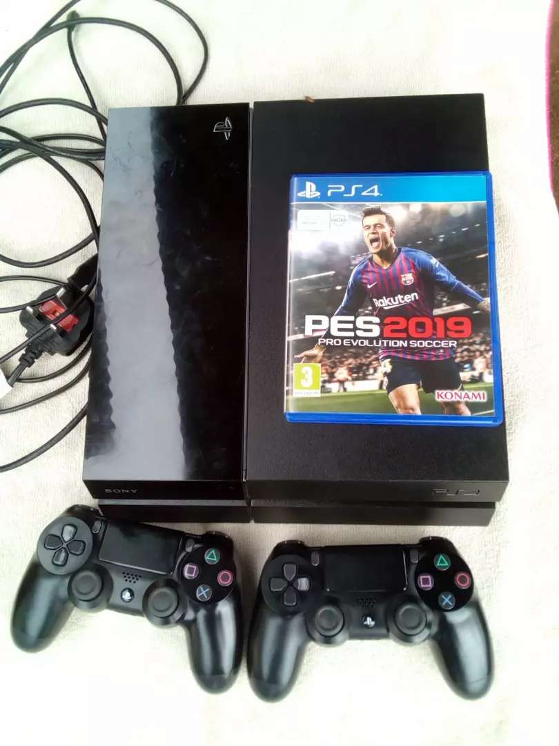 PS4 with two pads and PES19 disc 0