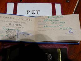 Pamiątki filatelistyczne medal, legitymacja oraz talerz porcelanowy