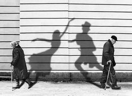 Семья медиков досмотрит пожилого человека в городе Днепр.