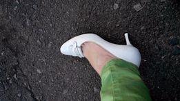Туфли белые на свадьбу или выпускной.