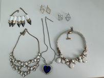 Sztuczna biżuteria naszyjniki, broszki, kolczyki