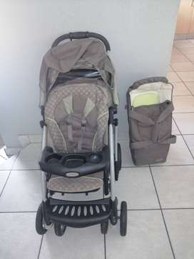 Graco Quattro Tour DeLuxe pram and carry cot.