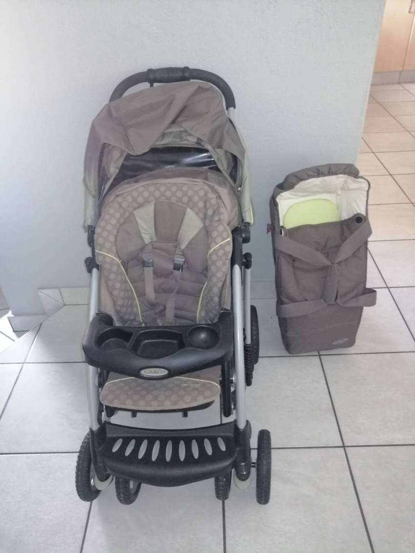 Graco Quattro Tour DeLuxe pram and carry cot. 0