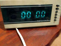 Часы с светящимися циферблатом ночью и большими цифрами