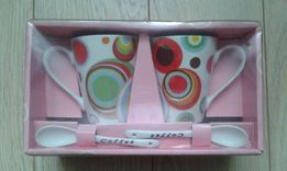 Zestaw dwóch kubków ceramicznych z łyżeczkami