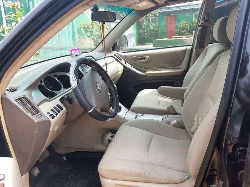 Clean 3 row seater Highlander 2004 model 0