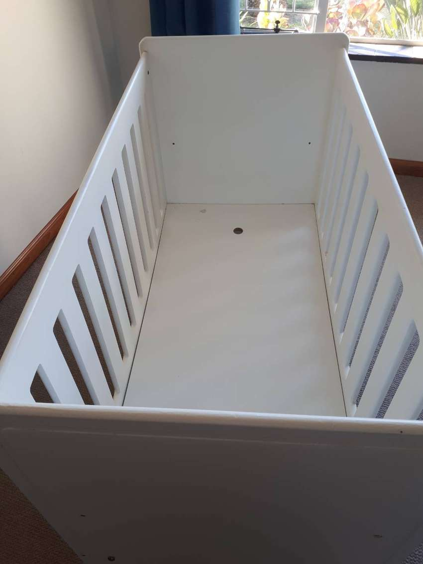 White cot bed excl mattress 0