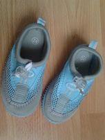 Klapki, buty basenowe lub na kamienista plażę