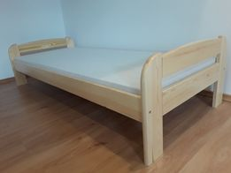 Łóżko sosnowe lakierowane z materacem