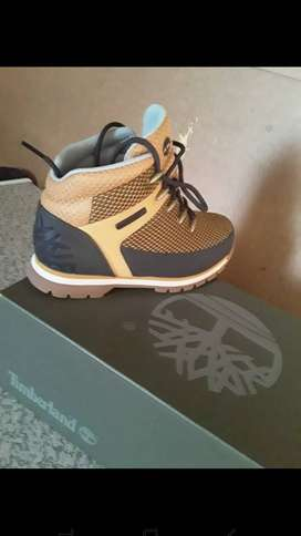 Timberland boot only wear twice size 2.5 bt fits a size 3 foot aswell