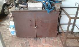 6mm mild steel plate toolbox for sale with bench vice.