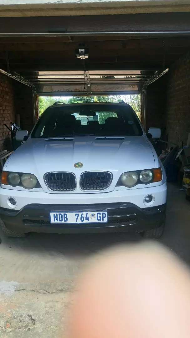 BMW x5 in emaculate condition needs minor touches on the left door. 0