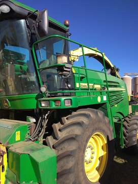 2009 JD7450 forage harvester with headers
