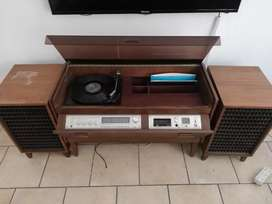 Tempest Super 25 vinyl player with speakers