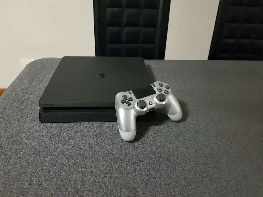 PS4 SLIM 1TB WITH SILVER V2 CONTROLLER 0