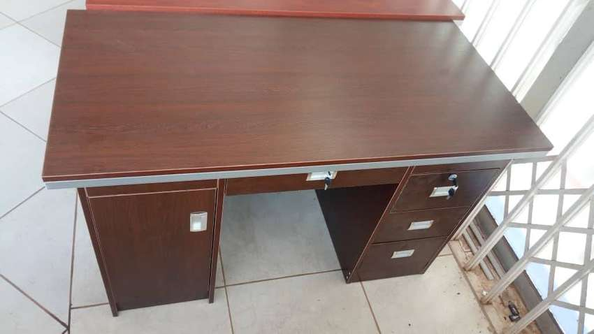 Office desk 0
