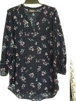 bluzka granatowa z motywem kwiatowym