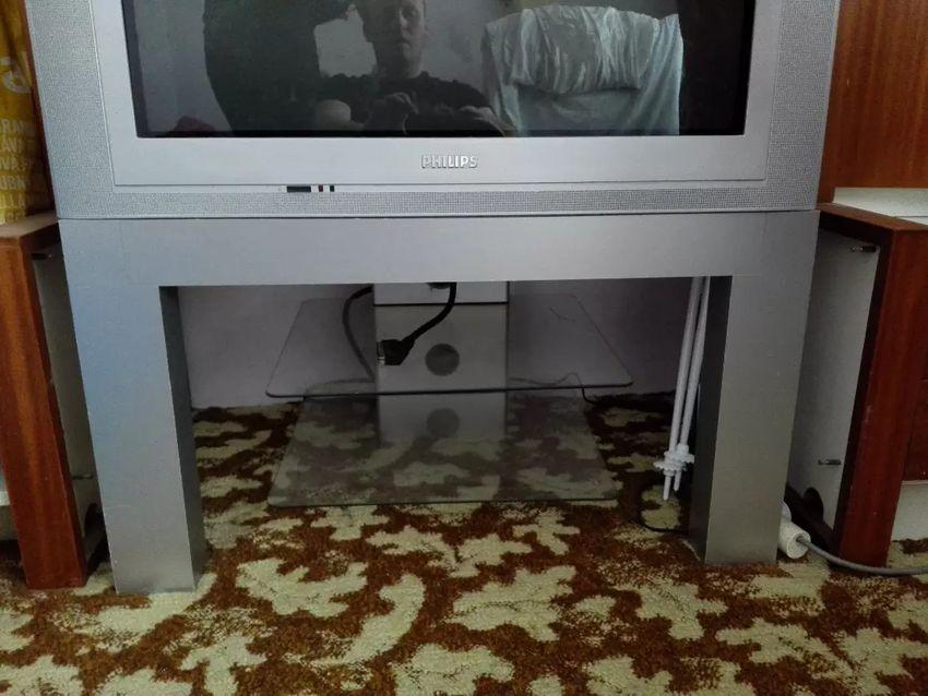 Prodám tv Philips 82cm a tv stolek k tv. 0