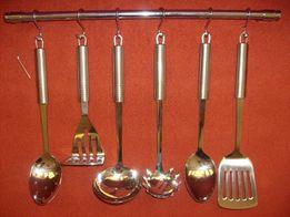 sztućce łyżki kuchenne z wieszakiem / relingiem chrom